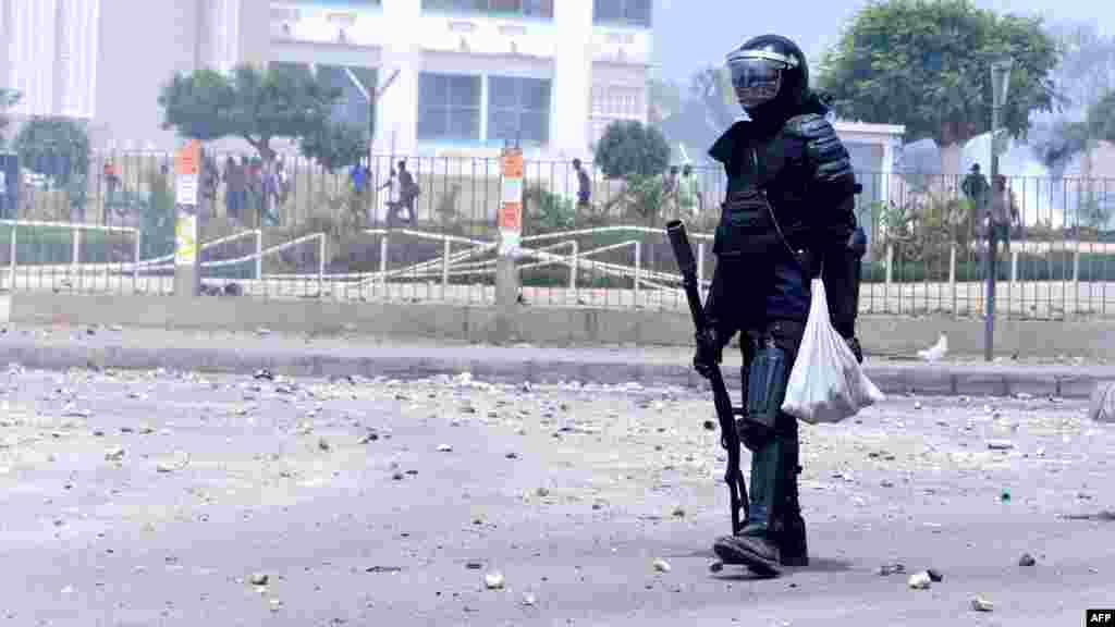 Un policier sénégalais lors d'affrontements entre la police et des étudiants qui protestaient devant les portes de l'Université Cheikh Anta Diop de Dakar le 16 mai 2018.