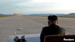 Le leader nord-coréen Kim Jong Un surveille le lancement d'un missile Hwasong-12 dans cette photo non datée publiée par l'Agence coréenne de presse de Corée du Nord (KCNA) le 16 septembre 2017