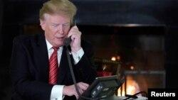 美国总统特朗普在华盛顿白宫进行电话交谈。(2018年12月24日)