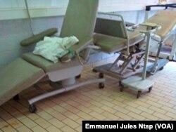 Tout est en arrêt dans cette chambre de l'unité de dialyse à l'hôpital général de Yaoundé, au Cameroun, le 24 juillet 2017. (VOA/Emmanuel Jules Ntap)