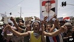 ພວກປະທ້ວງຊາວເຢເມັນ ທີ່ຮຽກຮ້ອງໃຫ້ປະທານາທິບໍດີ Ali Abdullah Saleh ລາອອກຈາກຕໍາແໜ່ງ