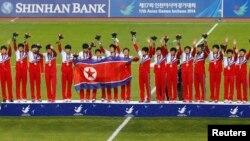 1일 인천 아시안게임 여자 축구 결승전에서 일본을 꺽고 금메달을 차지한 북한 선수팀이 시상식에서 손을 흔들고 있다.