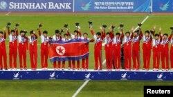 Timnas puteri Korea Utara meraih emas sepakbola di Asean Games setelah mengalahkan Jepang (2/10). Tiga pejabat Korut akan menghadiri penutupan Asian Games 2014 di Incheon, Korea Selatan.