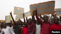 Des étudiants se sont rassemblés devant l'Assemblée nationale pour manifester contre les conditions précaires de vie, à Niamey, Niger, le 17 mars 2015.