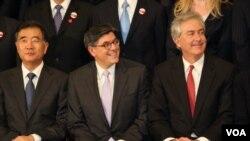 参加第五轮战略与经济对话的美中三高官(左起)中国副总理汪洋、美国财长杰克•卢、美国副国务卿伯恩斯(美国之音林枫拍摄)