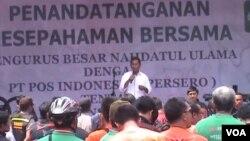 Menteri BUMN Dahlan Iskan berpidato dalam acara penandatanganan Nota Kesepahaman antara PT Pos Indonesia dengan PBNU. (VOA/R. Teja Wulan)