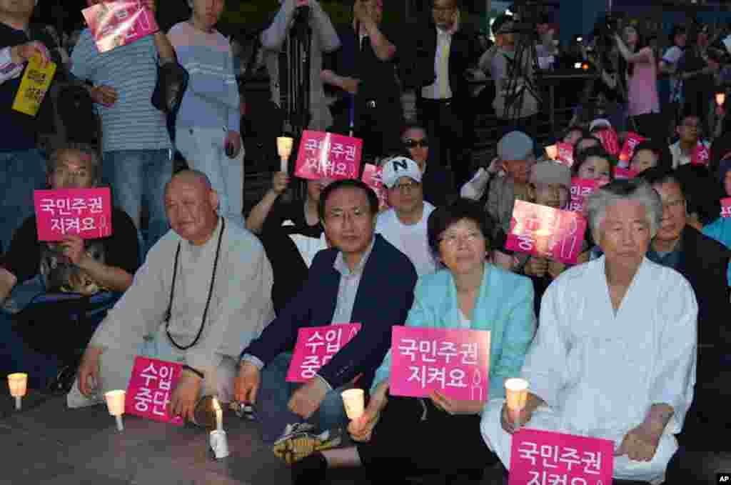 Thousands staged a sit-in candlelight rally in Cheonggye Plaza to call for a renewal of a ban on U.S. beef in South Korea. (S. Herman/VOA)