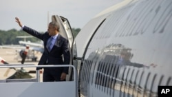 President Barack Obama waves as he boards Air Force One before his departure from Andrews Air Force Base, May 20, 2015, en route to New London, Conn.