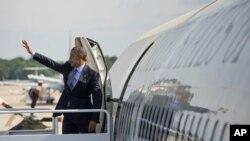 លោកប្រធានាធិបតី បារ៉ាក់ អូបាម៉ា គ្រវីដៃខណៈពេលដែលលោកឡើងយន្តហោះ Air Force One មុនពេលចាកចេញទៅកាន់ទីក្រុង New London ក្នុងរដ្ឋ Connecticut កាលពីថ្ងៃទី២០ ខែឧសភា ឆ្នាំ២០១៥។