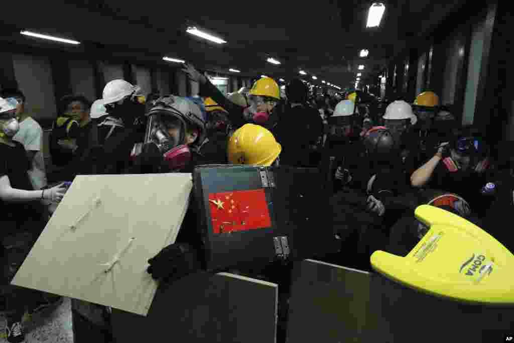 معترضان در هنگ کنگ بار دیگر در آخر هفته به خیابان آمدند اما اینبار پلیس تعداد بیشتری را بازداشت کرد.