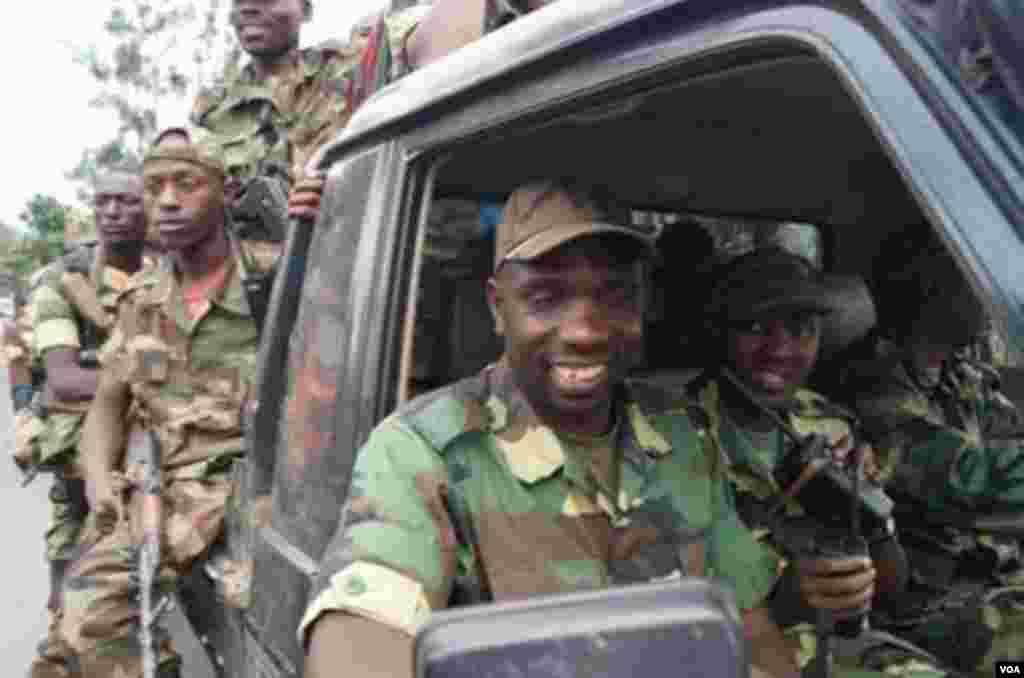 Le lieutenant-colonel Vianney Kazarama, porte-parole du M23, entrant à Goma le 20 novembre 2012 (A. Malivika/VOA)
