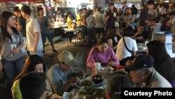 Ăn hàng tại chợ đêm Phước Lộc Thọ (ảnh Bùi Văn Phú)