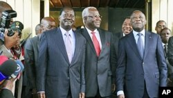 Shugaban kasar Ivory Coast Gbagbo, a dama da Firai ministan kasar Kenya Raila Odinga, a haggu, Shugaban kasar Saliyo Ernest Bai Koroma, bayan wata ganawar yiwa Laurent Gbagbo tayin ahuwa a Abidjan, 03 Jan 2011