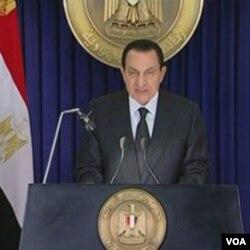Presiden Mesir Hosni Mubarak saat berpidato mengumumkan pembubaran kabinetnya (Jumat, 28/1)