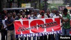 Les membres et sympathisants du Front populaire ivoirien (FPI) protestent contre la nouvelle constitution du président Alassane Ouattara, à Abidjan, Côte-d'Ivoire, le 8 octobre 2016.