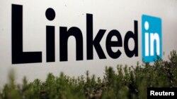 """全球最大的職業社交網站LinkedIn""""領英""""在美國加州的標誌(2013年2月6日資料照片)"""