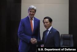 ລັດຖະມົນຕີການຕ່າງປະເທດ ສະຫະລັດ ທ່ານ John Kerry ໄດ້ພົບປະກັບ ລັດຖະມົນຕີການຕ່າງປະເທດ ລາວ ທ່ານສະເຫຼີມໄຊ ກົມມະສິດ ເພື່ອປຶກສາຫາລື ສາຍສຳພັນ ລະຫວ່າງ ສະຫະລັດ ແລະ ສປປ ລາວ ທີ່ຂະຫຍາຍກວ້າງຂວາງອອກໄປ ຢ່າງວ່ອງໄວ ເມື່ອ ເດືອນກັນຍາ 2016.