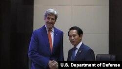 ລັດຖະມົນຕີການຕ່າງປະເທດສະຫະລັດ ທ່ານ John Kerry ພົບປະກັບລັດຖະມົນຕີການຕ່າງປະເທດ ສປປ ລາວ ທ່ານສະເຫຼີມໄຊ ກົມມະສິດ .