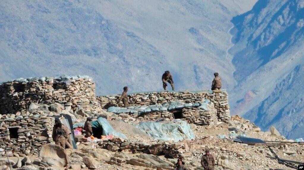 印度军方提供的照片显示,中国军队在中印边境拉达克的班公措地区拆除他们的掩体。(2021年2月15日)(photo:VOA)