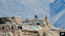 印度軍方提供的照片顯示,中國軍隊在中印邊境拉達克的班公措地區拆除他們的掩體。 (2021年2月15日)