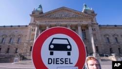 在德国莱比锡一名示威者呼吁禁用柴油
