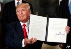 美国总统川普展示他签署的授权调查中国贸易行为的行政备忘录。(2017年8月14日)