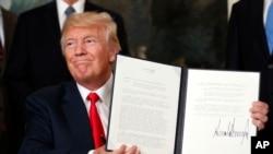 美國總統川普展示他簽署的授權調查中國貿易行為的行政備忘錄。(2017年8月14日)