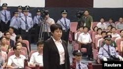 中央电视台画面显示薄熙来妻子谷开来(中间站立者)2012年8月9日在中国东部的合肥市中级人民法院出庭受审。( AP Photo/CCTV )