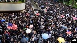 Manifestantes a caminho do consulado americano