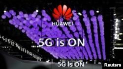 2019年6月28日上海舉行的世界移動通信大會上華為標識和5G的標誌。