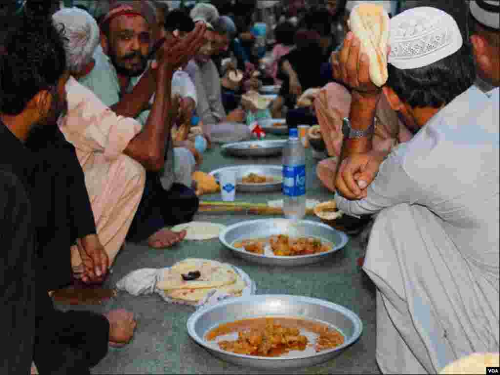 کئی شاہراہوں پر افطاری میں روٹی سالن بھی پیش کیا جاتا ہے، جس سے غریب طبقے کے افراد اپنا روزہ افطار کرتے ہیں