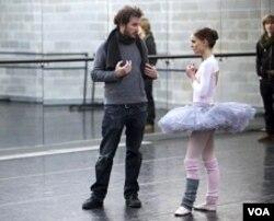 Sutradara Darren Aronofsky (kiri) dan Natalie Portman saat syuting film 'Black Swan'.