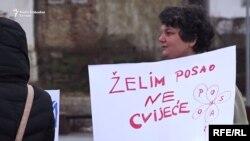 """Žena u Tuzli drži natpis """"Želim posao, ne cvijeće"""", 8. mart 2018."""