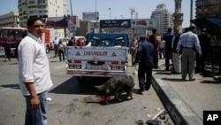 Nhân viên an ninh dùng chó phát hiện bom tại nơi xảy ra vụ nổ bom trên cây cầu trên sông Nile, gây thiệt mạng cho ít nhất 1 người, trong thủ đô Cairo, Ai Cập, 5/4/15