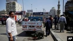 폭탄 폭발 사건이 발생한 이집트 카이로 다리 인근에서 이집트 경찰이 폭탄 탐지견을 동원해 조사하고 있다.