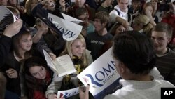 លោក Mitt Romney បេក្ខជនប្រធានាធិបតីមកពីគណបក្សសាធារណរដ្ឋ និងជាអតីតអភិបាលរដ្ឋម៉ាស្សាឈូសេតស៍ (Massachusetts) ស្វាគមន៍អ្នកមកគាំទ្រលោក នៅក្រោយពេលលោកឈប់សម្រាកក្នុងអំឡុងធ្វើយុទ្ធនាការឃោសនាបោះឆ្នោតនៅក្រុង Clive រដ្ឋអៃយ៉ូវ៉ា (Iowa)