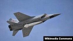 МиГ-31К с ракетой «Кинжал», закрепленной в нижней точке подвески на корпусе истребителя-перехватчика.