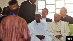 Le pape François, à droite, assis avec les membres de la communauté musulmane lors d'une visite à la mosquée Koudoukou à Bangui, en République centrafricaine, 30 novembre 2015. epa / DANIEL DAL ZENNARO
