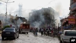 消防人員在靠近敘利亞邊境的土耳其城市雷伊漢勒的爆炸現場救火