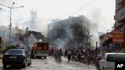 消防人员在靠近叙利亚边境的土耳其城市雷伊汉勒的爆炸现场救火