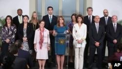 La canciller peruana, Cayetana Aljovín, centro, señaló que el Grupo de Lima respalda la decisión del gobierno peruano. La acompañan en la foto la canciller de Canadá, izquierda, y la canciller de Colombia, derecha.