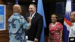 美国国务卿蓬佩奥2019年8月5日在密克罗尼西亚与该国总统帕努埃罗(图左)、马绍尔群岛总统海因(右2)及帕劳副总统奥伊洛克举行共同记者会后谈话。