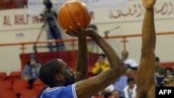 Donald Otis ya Zamalek (G) ya Egypte na macth ya championnat interantional ya Dubai, Dubai, 24 janvier 2004.