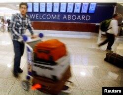 在阿特蘭大的傑克遜國際機場﹐一名旅客趕會家與家人渡感恩節。