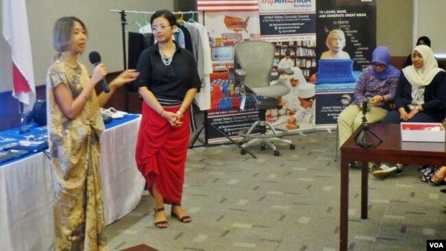 Ribka Budiman dan Ika Damajanti berbagi cerita mengenai usaha di bidang makeup artist dan fashion stylist di MY America Surabaya, Selasa (27/3). (Foto: VOA/Petrus Riski)