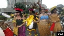 Sekelompok perempuan Indonesia memrotes UU Anti-Pornografi di Jakarta (foto: dok.). Komnas Perempuan menilai masih banyak Perda di Indonesia yang diskriminatif membatasi kemerdekaan berekspresi perempuan.
