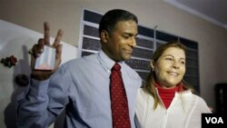 Oscar Elías Biscet, junto a su esposa tras salir de prisión, estuvo casi ocho años encarcelado.