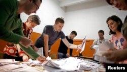 Para petugas KPU Bosnia melakukan perhitungan surat suara pemilu di kota Zenica (12/10).
