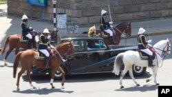 La police à cheval accompagne la voiture Rolls Royce du président zimbabwéen Robert Mugabe lors de l'ouverture de la 5ème session de la dernière législature à Harare, mardi 12 septembre 2017. Mugabe, 93 ans, s'est adressée à la dernière session du parleme