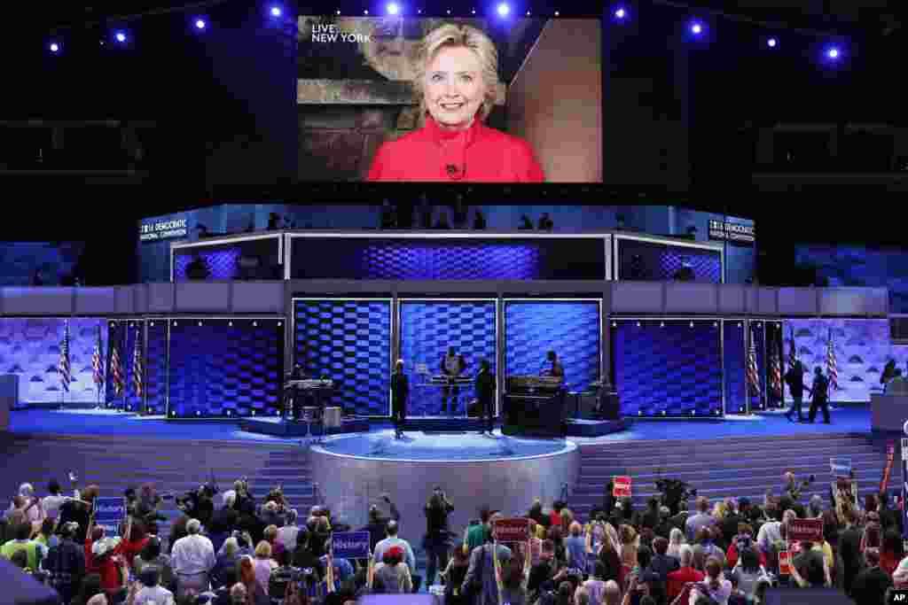 فلاڈیلفیا میں منعقد ہونے والے ڈیموکریٹک پارٹی کے کنونشن کے موقع پر ہیلری کے حامیوں کی ایک جھلک